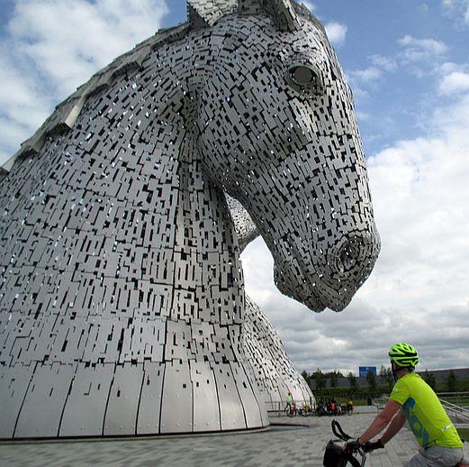 Chris on the Bike, Kelpies, Falkirk, Schottland