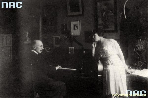 Композитор Aleksander Michałowski акомпонує драматичній актрисі Irena Ruszczyc-Drwęska.