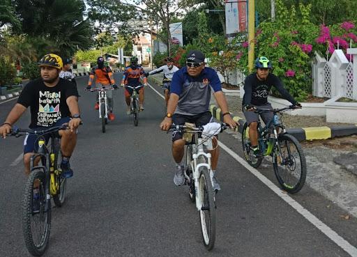 Jelang Pelantikan, Bupati Bone Terpilih Kelilingi Kota Bone Pakai Sepeda