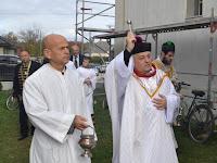 x Mgr.Szalay Gyula esperes  megszenteli a templomot.JPG