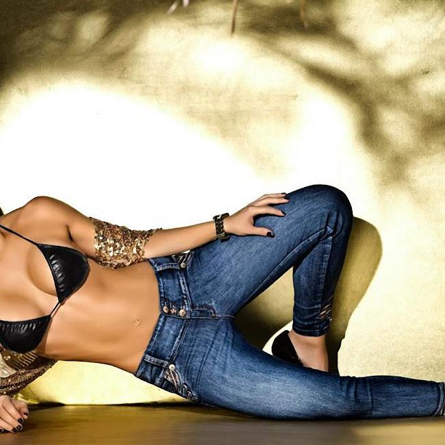 Erika Botero Sexy Komodo Jeans Foto 12