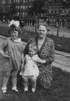 Kooij, Maartje en Geertruida 1934 Katendrecht.jpg