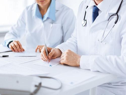 Médicos en la consulta