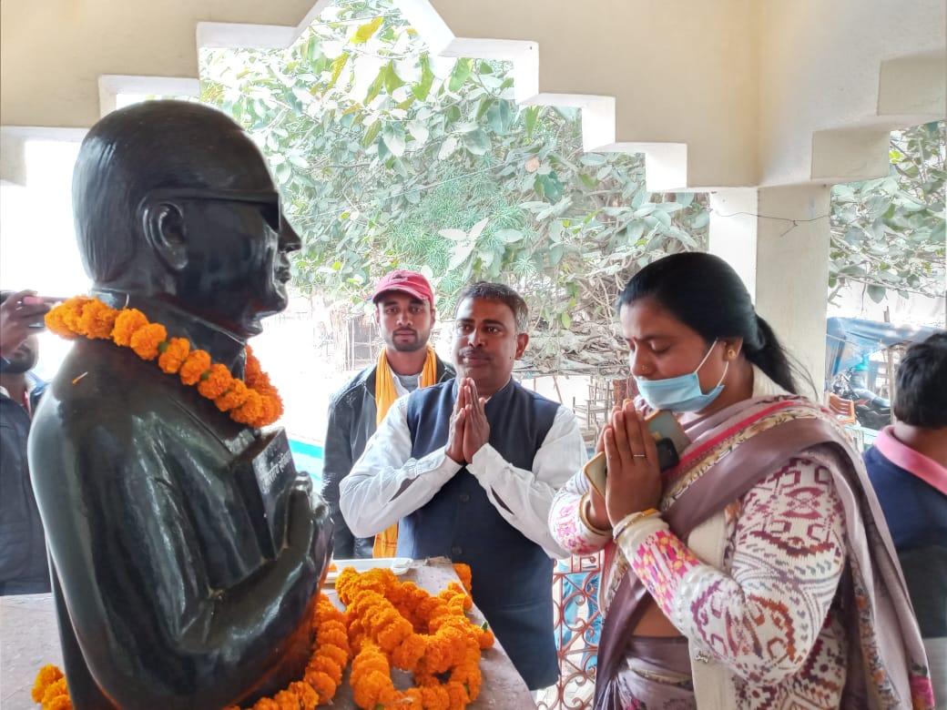 अरवल जदयू कार्यालय में बाबा साहब के तैल चित्र पर पुष्प अर्पित करते संसद चंदेश्वर प्रसाद