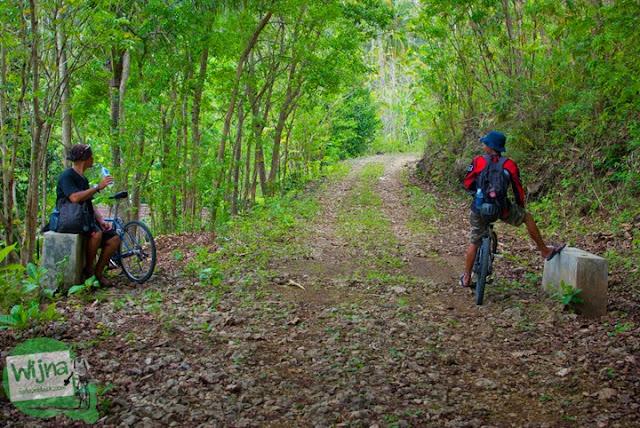 Jalan desa yang rusak menuju Gua Lawa yang ada di Dusun Nogosari, Selopamioro, Imogiri, Bantul, Yogyakarta