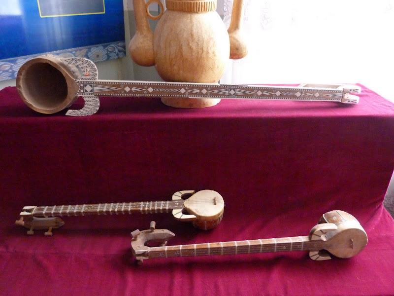 XINJIANG. Kasghar. Fabrique dinstruments de musique - P1280695.JPG