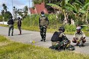 Peringati Hardiknas, Satgas Yonif 403/WP Bersama Masyarakat Bersihkan dan Merapihkan Lingkungan Sekolah di Perbatasan Papua