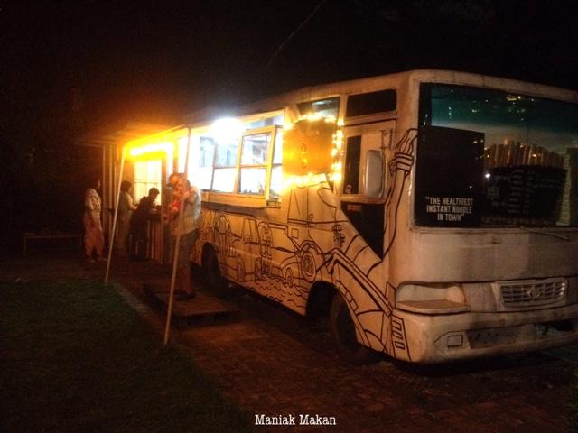 maniak-makan-uptomie-simprug-jakarta-food-bus