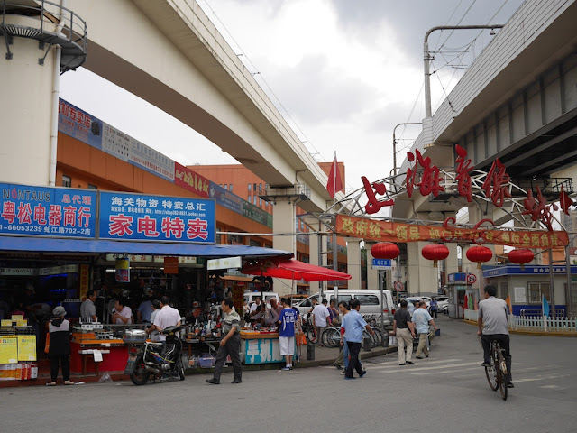 Shanghai Yinxiang Cheng with metro tracks above