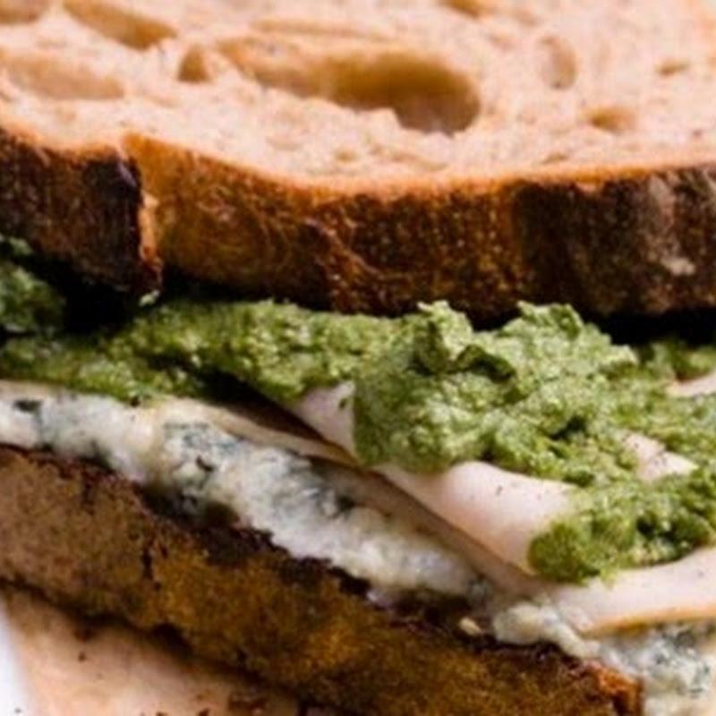 Pesto di borragine per farcire un velocissimo panino ripieno di gorgonzola e arrosto di tacchino.