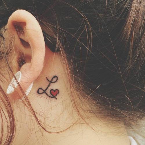 Amor de coracao pequeno tatuagens atras da orelha para meninas