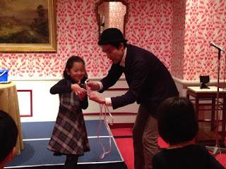 クリスマスパーティーで子供とロープ切りマジック マジシャンえいち