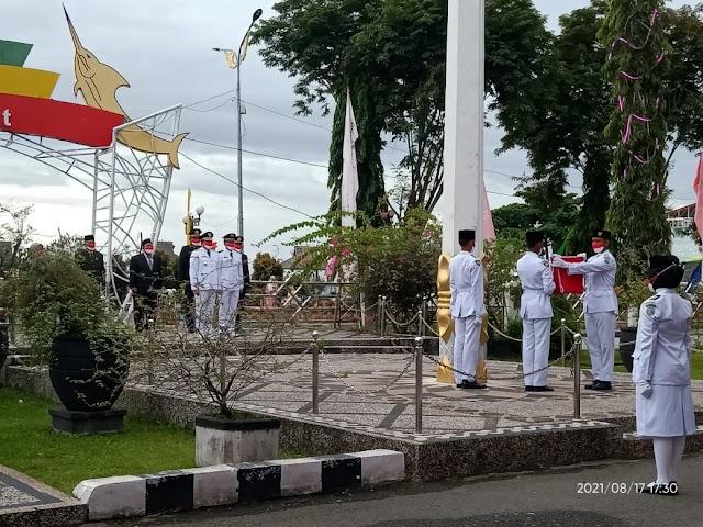 4 Anggota Paskibra Kotabaru Laksanakan Penurunan Bendera