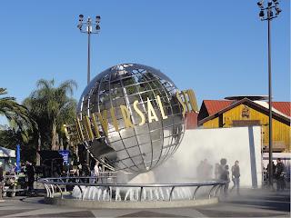 En globus med teksten Universal Studios, plassert i en fontene.