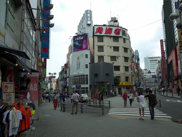 渋谷宇田川交番の交差点。博多食堂は左の路地へ