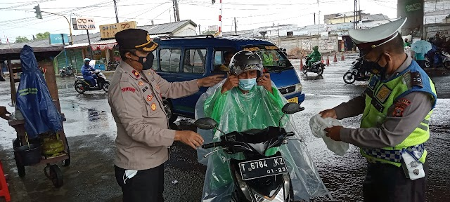 Polsek Cikampek Bagi-Bagi Helm Sebanyak 388 Buah Kepada Masyarakat.
