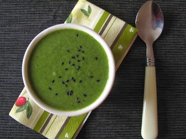 Zupa krem z cukinii i szpinaku, z zieloną pastą curry i mlekiem kokosowym