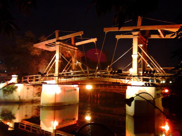 Jembatan Kota Intan terlihat keemasan di malam hari