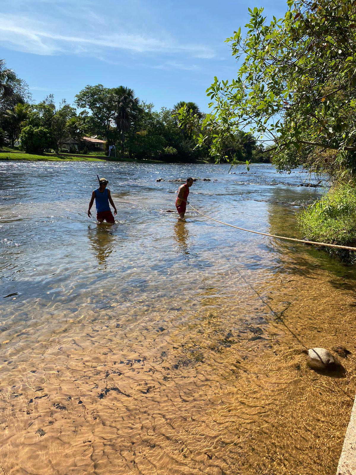 Corpo encontrado no Rio Grande é retirado da água por bombeiros militares do 17º GBM