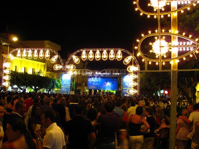 die Piazza von Terrasini im Sommer