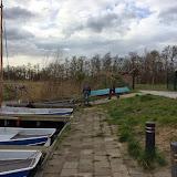 Familie Kraaijkamp is ondertussen bezig met een soort lier voor het op de hellig trekken van de botentrailer