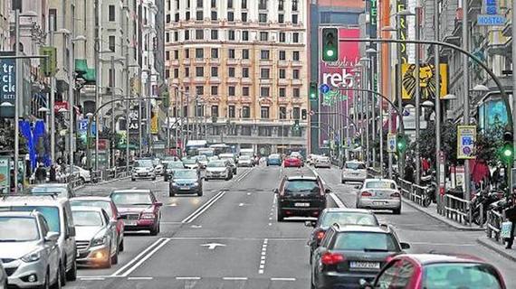 Vista de la Gran Vía con poco tráfico, ayer por la tarde