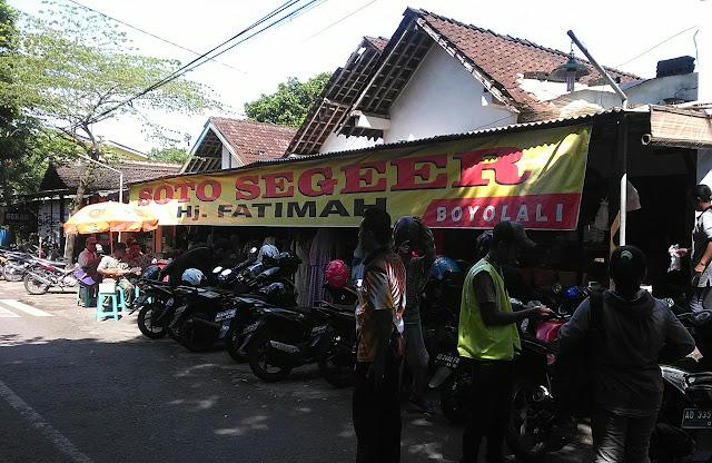 Soto Segeer Hj. Fatimah berada di Jalan Garuda, Karanggeneng, Kecamatan Boyolali, Kabupaten Boyolali,  depan SD Negeri 5 Boyolali