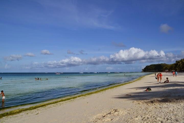 ボラカイ島のホワイトサンドビーチの海藻の様子-ボートステーション2を望む