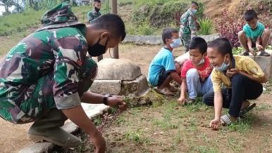 Luangkan Waktu,   Satgas  TMMD Tapsel Ajak Anak-anak Bermain Sambil Bersihkan Sekolah