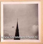 Lancster bommenwerpers van de RAF boven Rotterdam, voedseldroppingen, operatie manna, mei 1945.
