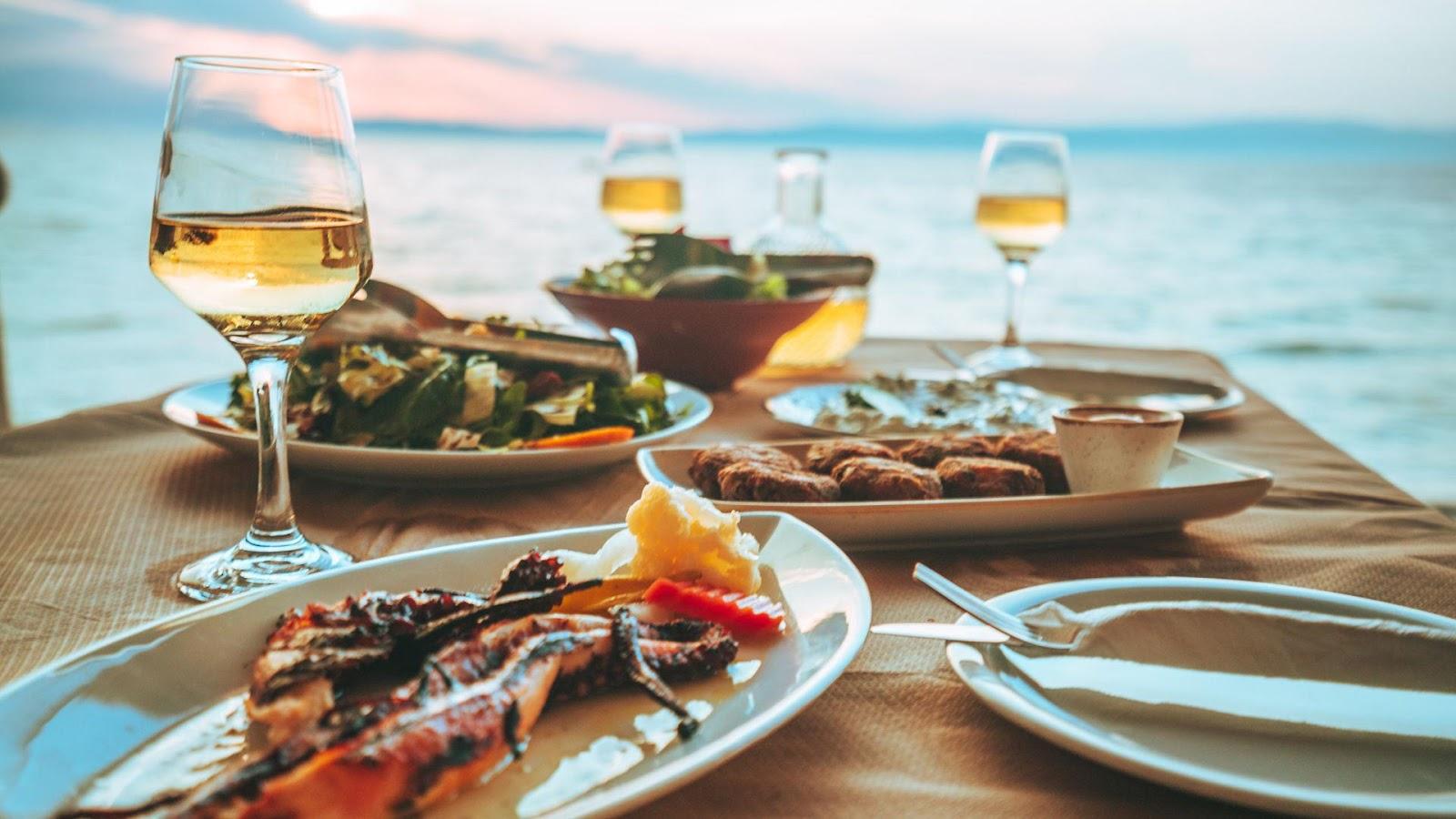 Ein Bild, das Tisch, Wasser, Teller, Mahlzeit enthält.  Automatisch generierte Beschreibung