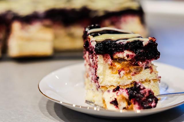 ciasto z jagodami,ciasto z masą budyniową,ciasto z biszkoptamim,ciasto z musem jagodowym,ciasto na biszkopcie,ciasta i desery,ciasto z musem owocowym,