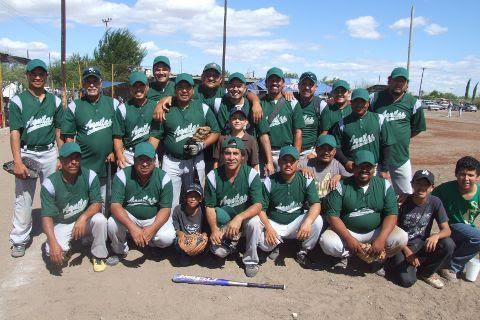 Equipo Águilas en el softbol dominical del Club Sertoma