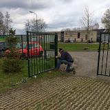 Rob is aan de slag met het herstellen van de poort