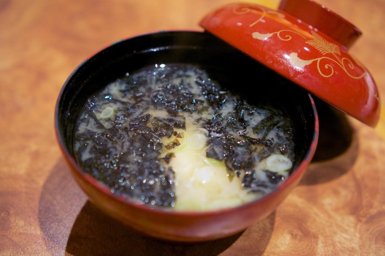 お椀:豆腐と海苔の味噌汁