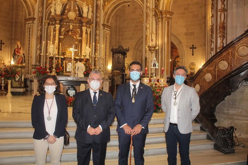 El alcalde junto a representantes de las hermandades de Prendimiento, Virgen del Mar y Estudiantes.