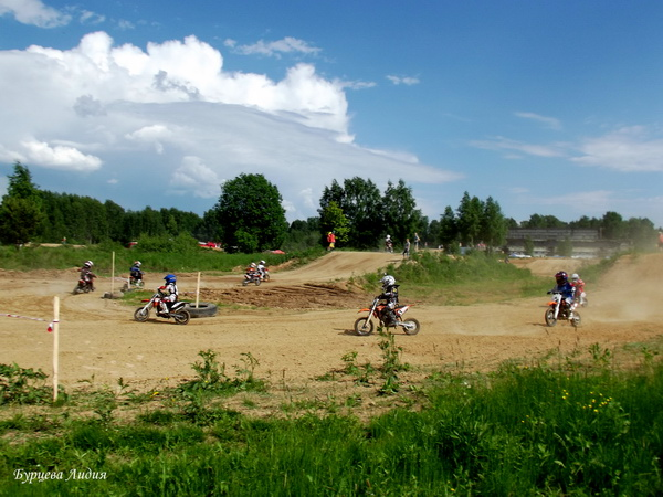 Соревнования по мотокроссу в Рыбинске. Заезд в классе 50 куб. см. фото Бурцева Лидия