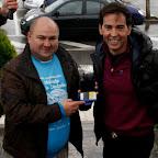 Francisco Pajuelo, Vicepresidente de la Fundación para la Diabetes, entregando el Carnet de Amigo de Honor a David Meca