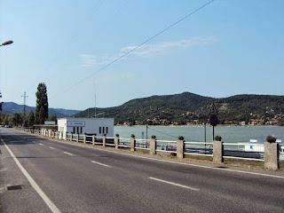 Straße an der Donau bei Visegrad