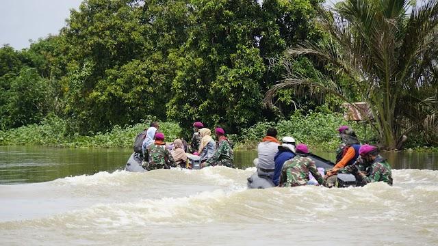 Satgas Banjir Marinir TNI AL Distribusikan Lagi Bantuan Logistik Dari Wakil Bupati Banjar