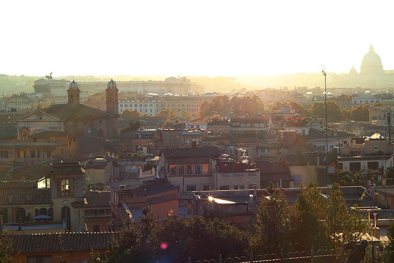 Vue sur la ville de Rome au coucher du soleil.