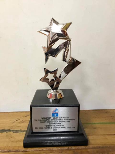 54屆休士頓國際影展銀牌奬杯和獎狀(影片:能量對抗新冠病毒)