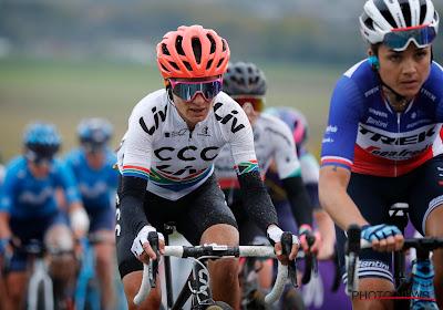 Wegrenster van CCC-Liv is na sprint bergop met twee de eerste wereldkampioene Cycling Esports