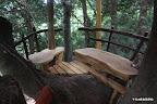 3人娘の為に作られた木の又にあるくつろぎ空間。主に上部ツリーハウスから吊り下げることにより、木への負担を軽減している。