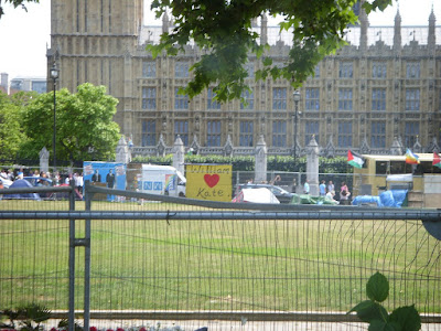 ロンドンの街中で座りこみ