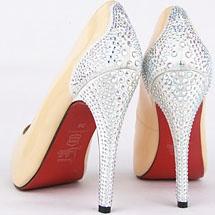 Sapato com pedrinhas prateadas na parte de trás