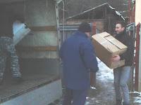 A Via Nova ICs tagjai pakolják a dobozokat..jpg