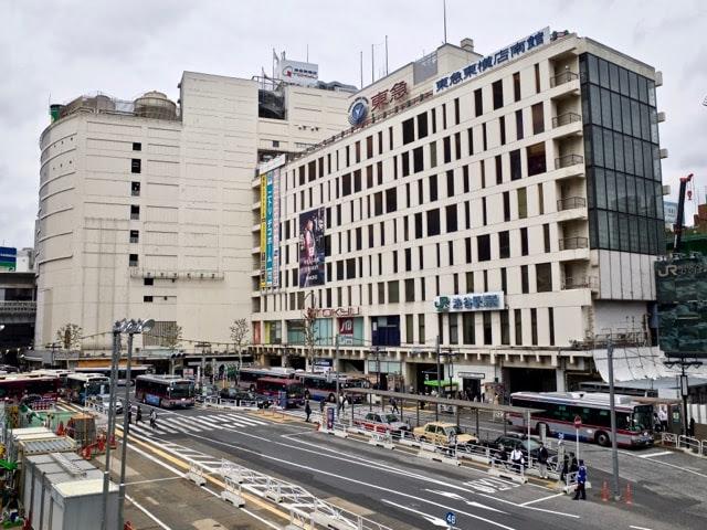 渋谷駅の東急東横店南館と西口バスロータリー