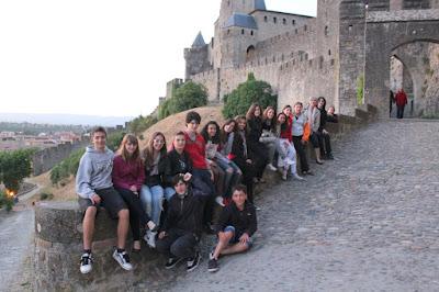 Els viatgers davant de les muralles de la Cité