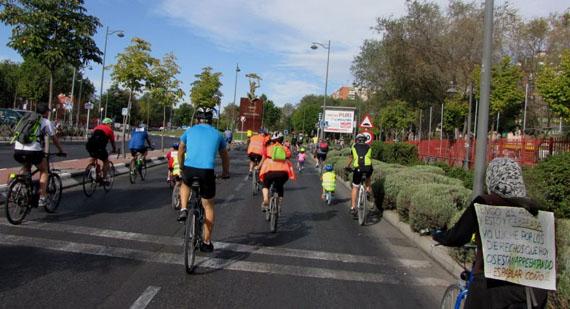 A pesar de llevar dorsal, la señora de la foto no pertenecía a la marcha y por tanto, fue confinada con el resto de los ciclistas de Getafe.
